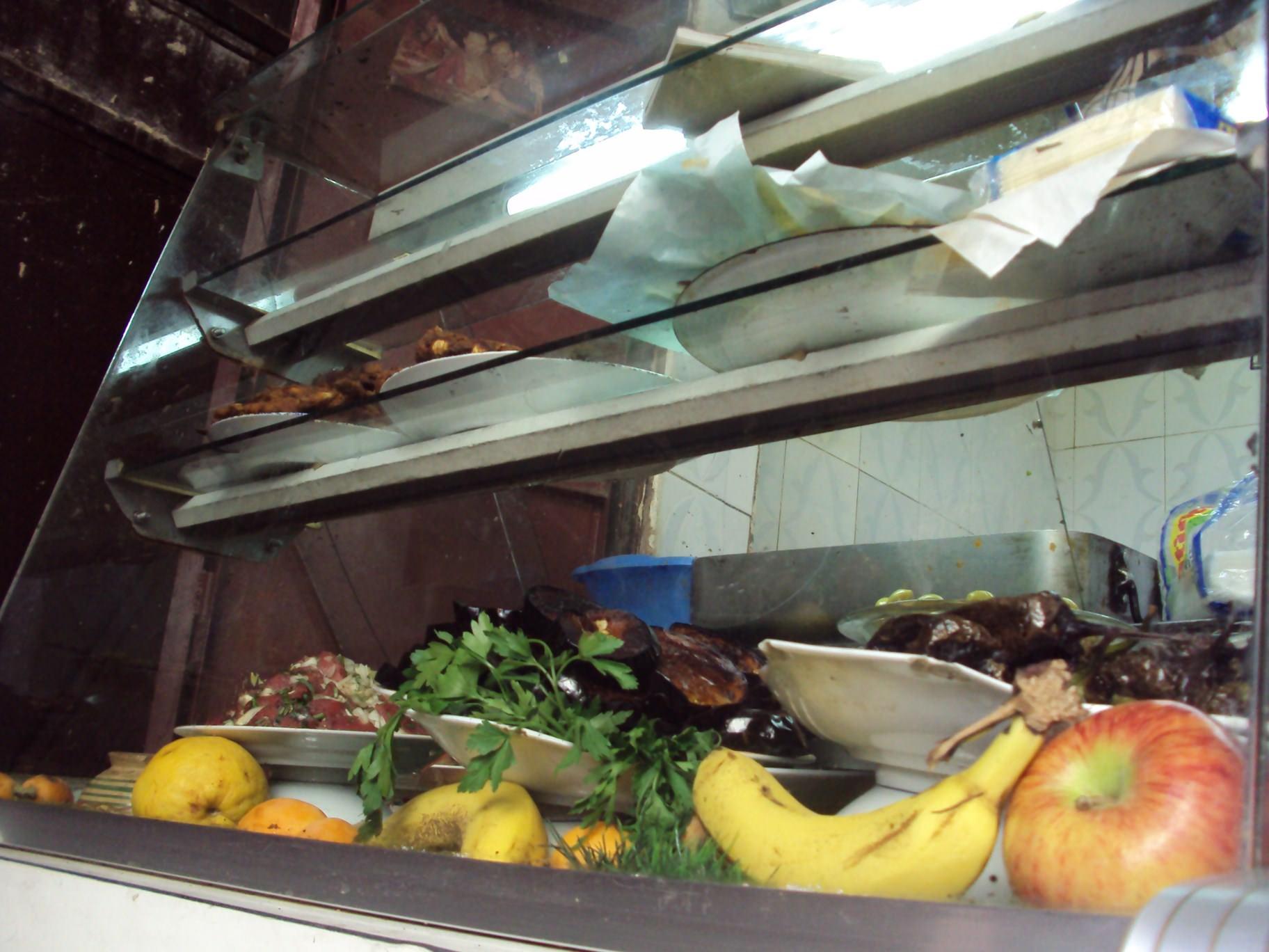 Vitrina unui mic restaurant din Medină