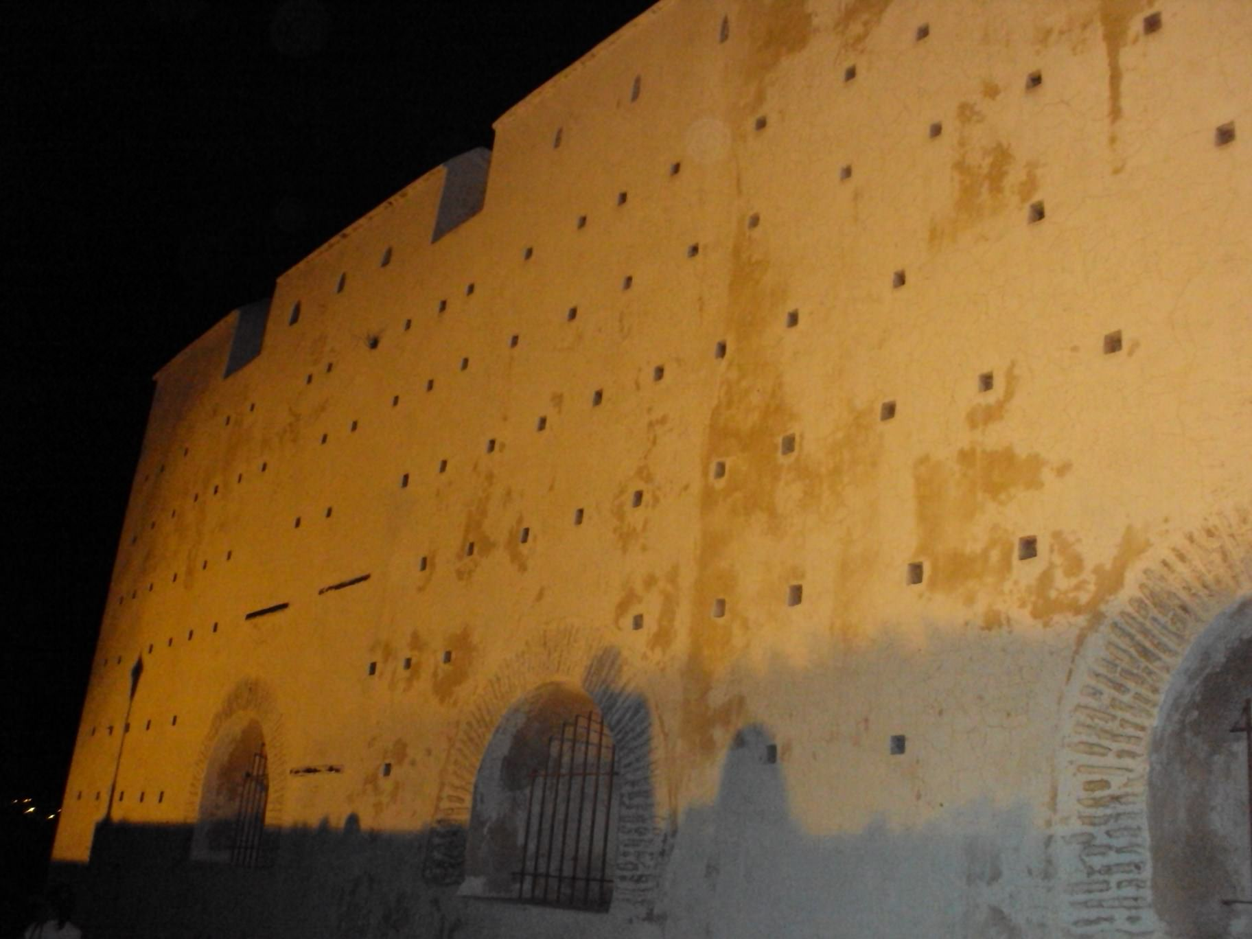 Zidurile unui castel pe înserat
