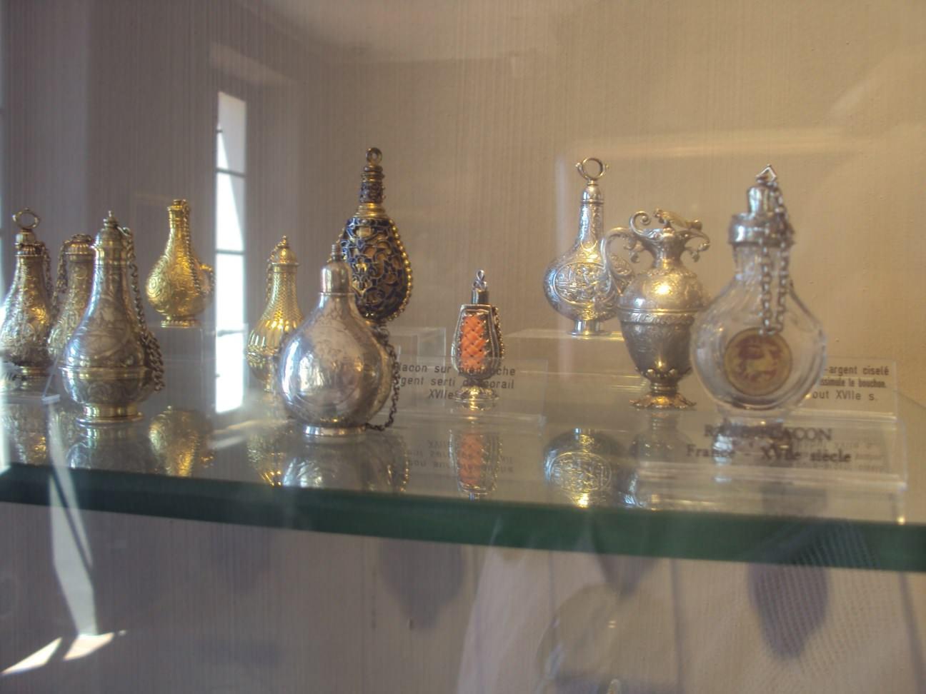 Sticluțe de parfum din sec XV-lea, XVII-lea la Muzeul Fragonard