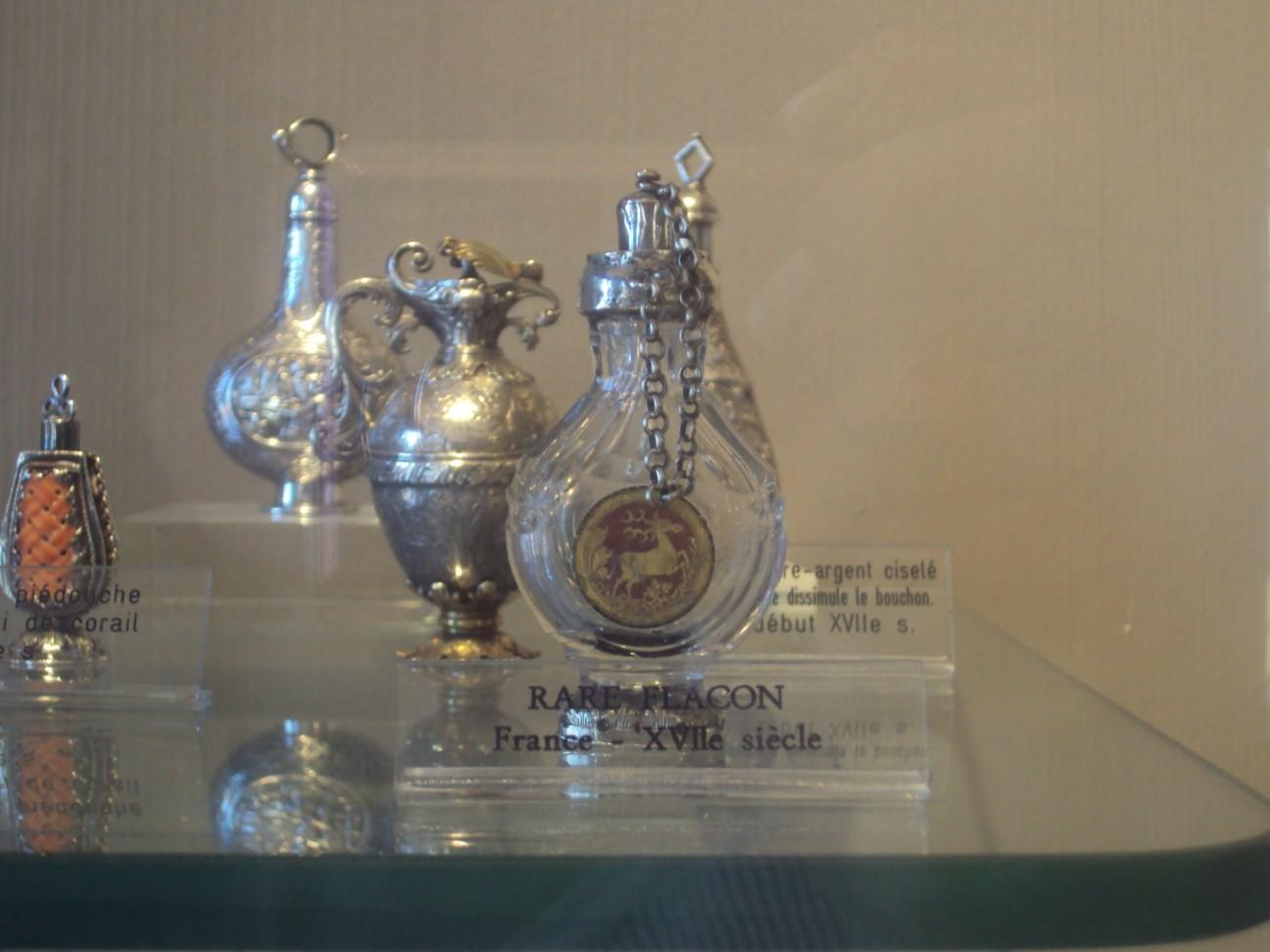Sticluțe de parfum rare, din secolul al XVII-lea..