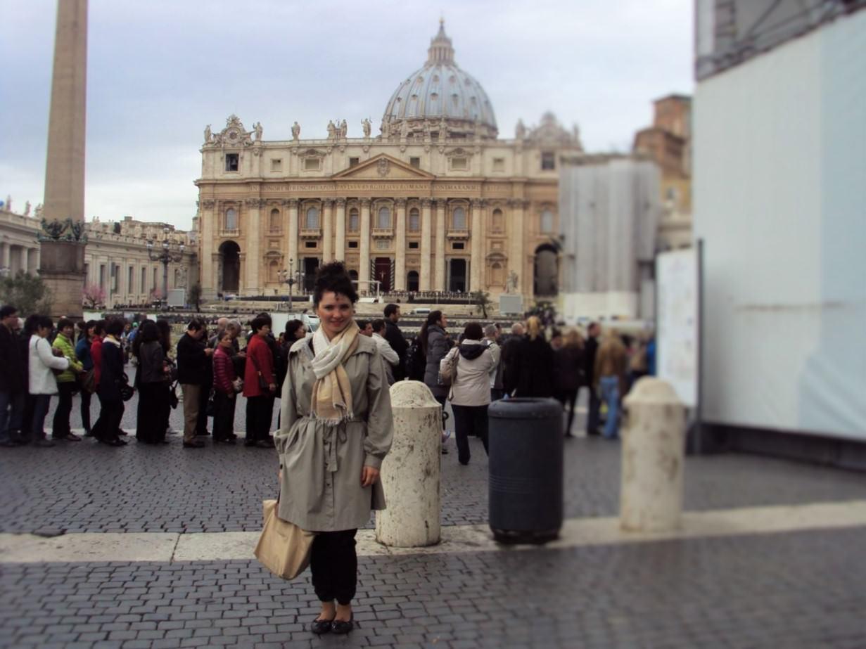 Iar in Piata Sf Petru, coada este pentru intrarea in biserica