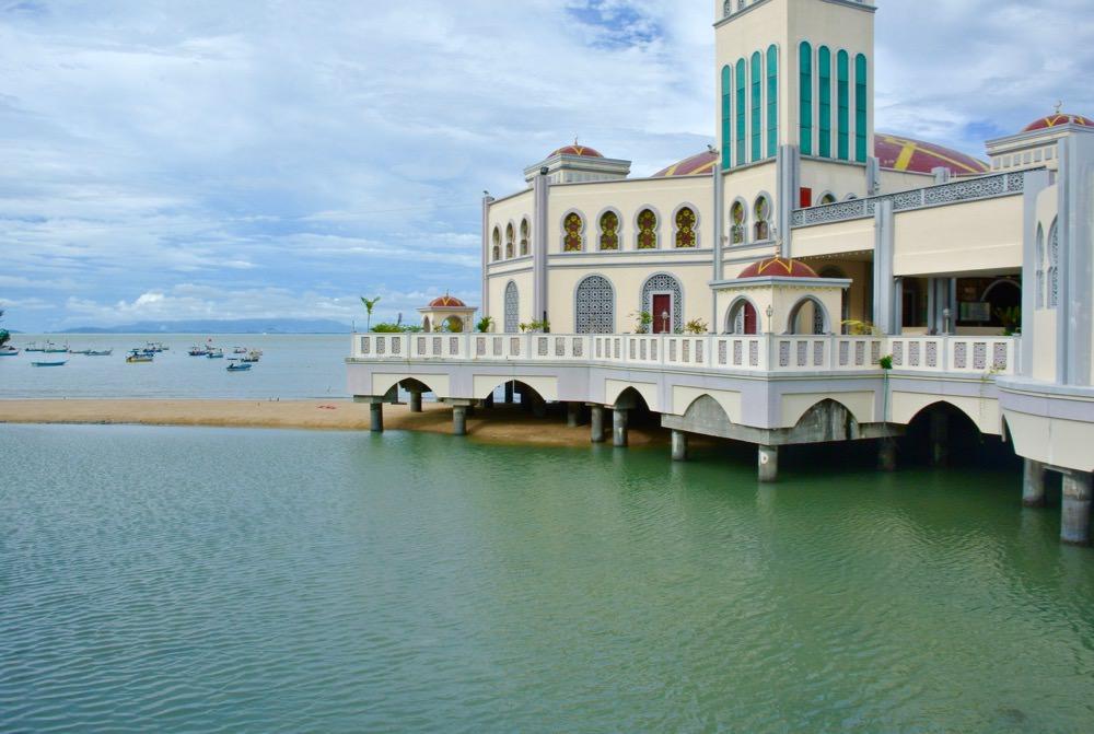 Moschee plutitoare vedere plaja