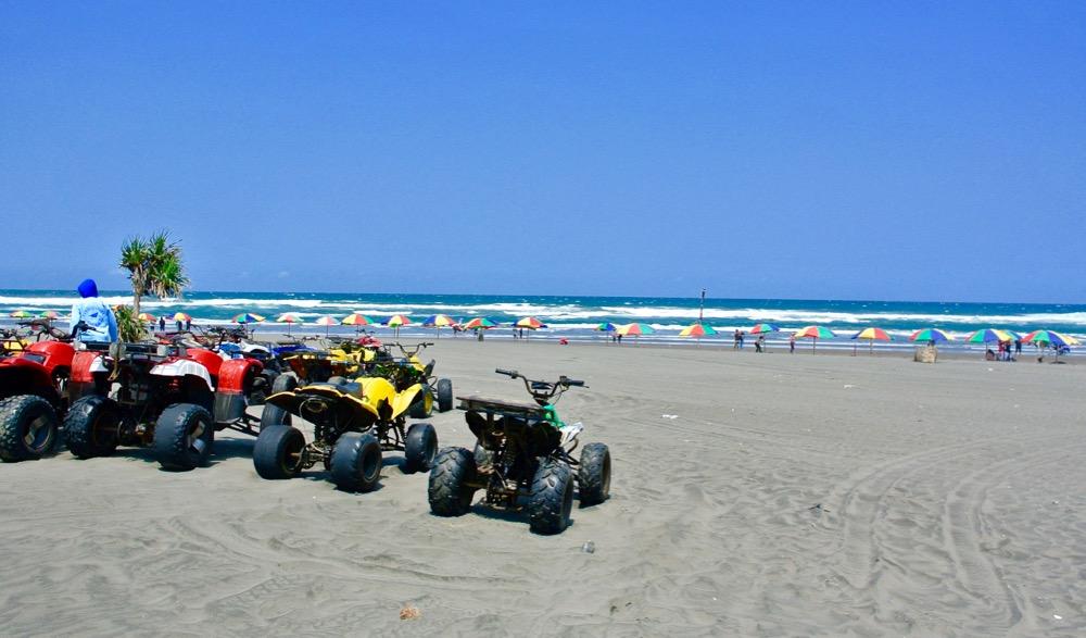 Plaja Parangtritis Yogyakarta: la plajă cu indonezienii 18