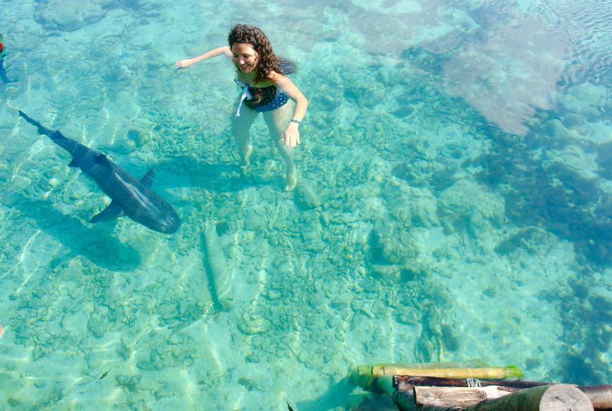 baie intr-o piscina naturala cu rechini 32