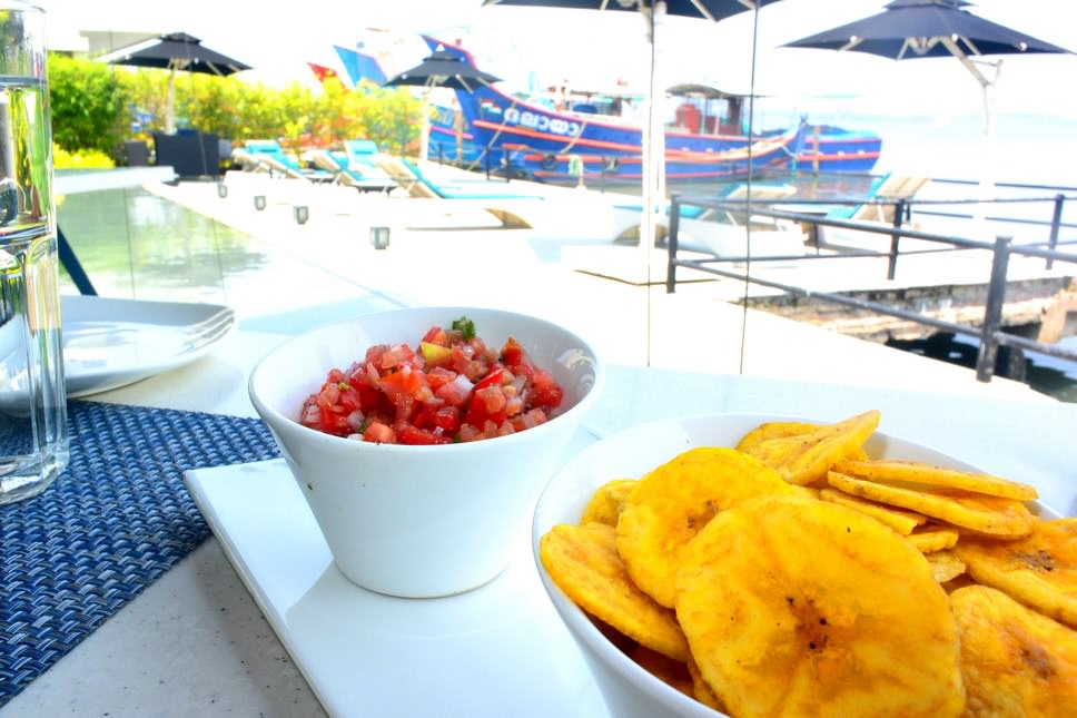Aperitivele sunt formate din cipsuri de banane - specialitate locală, cu roșii cu busuioc, o combinație de bruschete italiene, delicios
