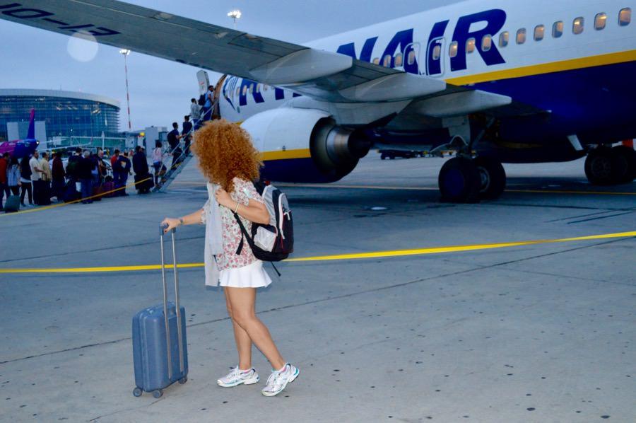 Bagajele de mână gratuite Ryanair: un bagaj de mână de până la 10 kg cu dimensiunea maximă de 55cm x 40cm x 20cm, plus 1 bagaj mic de mână de până la 35 x 20 x 20 cm.