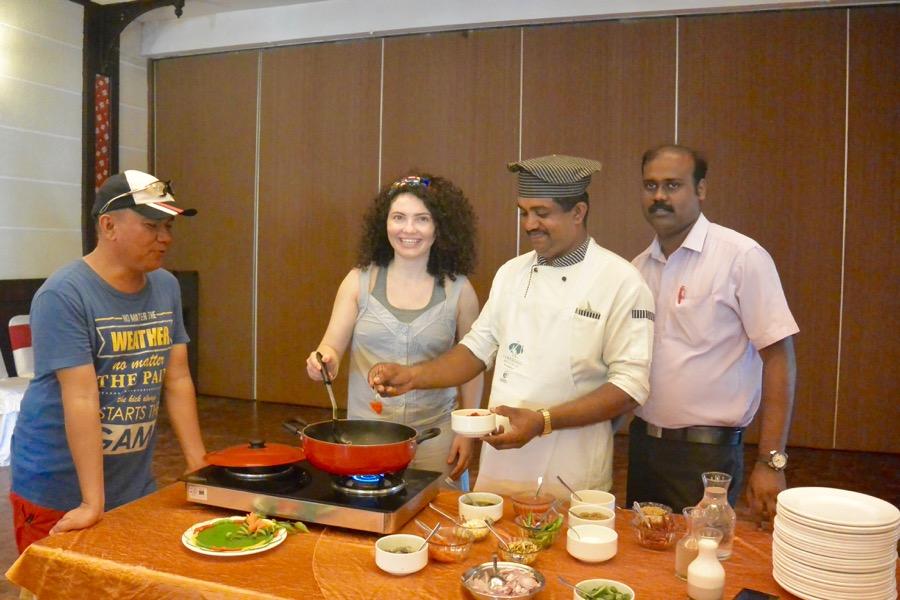 Multă lume m-a întrebat ce am mâncat în Kerala, India. Ce se poate mânca. Am experimentat atât preparatele mai modeste, cât mai ales delicii din restaurante și resorturi de top. O să le trec în vedere pe toate, fără prea multe explicații, dar cu multe poze :D. Să vă faceți o idee cam ce găsiți și unde. Aveți ce alege, însă, nu vă impacientați. Restaurante locale: Restaurant Local, modest: am mâncat în prima zi la un restaurant modest din centrul Kovalamului (deși aveam prânzul asigurat la hotel, ideea este că am vrut autentic). M-am calmat la primul fir de păr văzut în orez așa că am intrat peste ei în bucătărie să arunc un ochi și nu prea mi-a plăcut ce am văzut acolo. Așa că am plecat și m-am dus la Catamaran, restaurantul de la Turtle on the Beach și am savurat un prânz delicios, 100% european: salată, fresh de ananas și pește cu sos alb. Salată proaspătă Mâncarea din Kerala India: Pește cu sos și garnitură de cartofi Am repetat in schimb experiența, în Trivandrum, dar am ales restaurante unde se putea vedea bucătăria, chiar dacă nu erau locuri foarte elegante. Am supraviețuit. Prețuri: mici, mici de tot Mâncarea din Kerala India: restaurant local, mic dejun Mâncare și cafea de pe stradă: Mâncare nu am încercat de pe stradă, pentru că era gătită, ținută în soare și toată lumea pipăia o grămadă de produse înaint de a alege unul. Deci nici nu s-a pus problema să mă aventurez. Nici nu aș fi avut de ce: există foarte mult magazine, supermarketuri moderne dar și mici prăvălii de cartier care au atât produse locale cât și multe preferate de turiști, ambalate, de la companii recunoscute internațional. Deci nimeni nu moare de foame. Și fructele sunt parfumate, proaspete și sănătoase. Cipsuri si biscuiți la discreție Liber la fructe Cafea în schimb am băut de multe ori după stradă. Chiar de foarte multe ori și nu am avut nimic. Efectiv nu pot să mă abțin când este vorba de cafea. Vorbesc aici despre perioada petrecută pe cont propriu, nu de aventura Kerala Blog Express. D