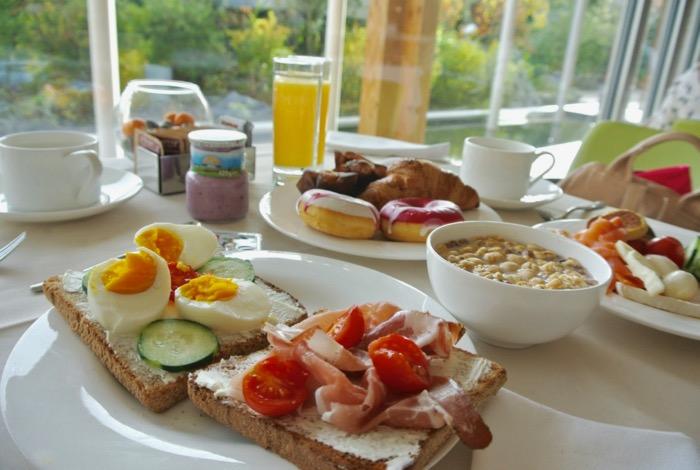 Trucuri pentru a te mentine in forma sau a slabi in calatorii ce mananci dejun