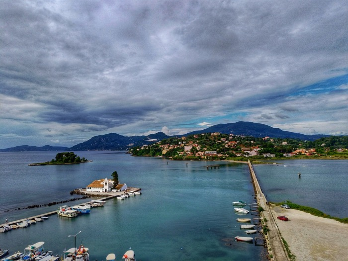 Trei hoteluri ideale pentru fotografii cu avioane în insula Corfu 5