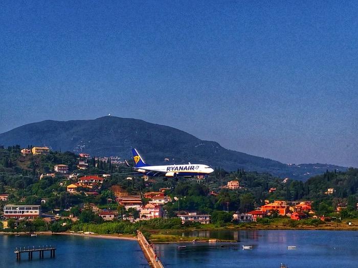Trei hoteluri ideale pentru fotografii cu avioane în insula Corfu 1